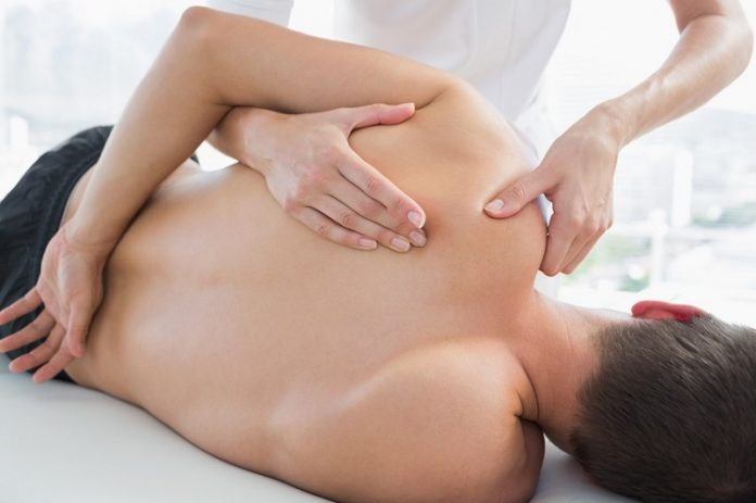 Schmerzhafte und unbewegliche Schulter gehören zu den Symptomen bei Adhäsiven Kapsulitis (auch Frozen Shoulder genannt).