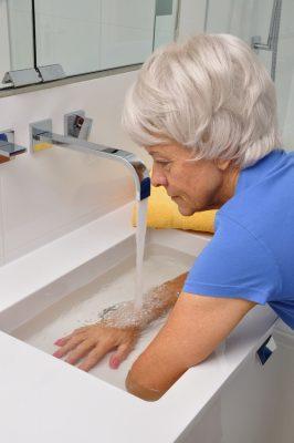 Der kneippsche Espresso: Ein kaltes Armbad am Waschbecken hat auch bereits Auswirkungen auf Selbstheilungskräfte