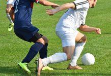 Einer der Gründe für eine Adduktorenzerrung ist eine plötzliche Grätsche beim Fußball. Aber auch Eishockey-Spieler, Hürdenläufer, Skifahrer und Leistungssportler mit intensivem Beintraining sind betroffen