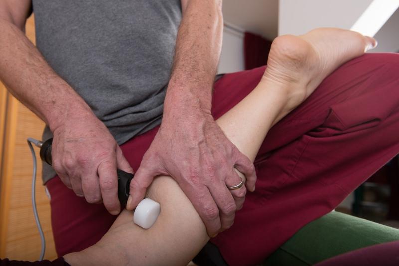 Matrix-Rhythmus-Therapie Behandlung am Bein