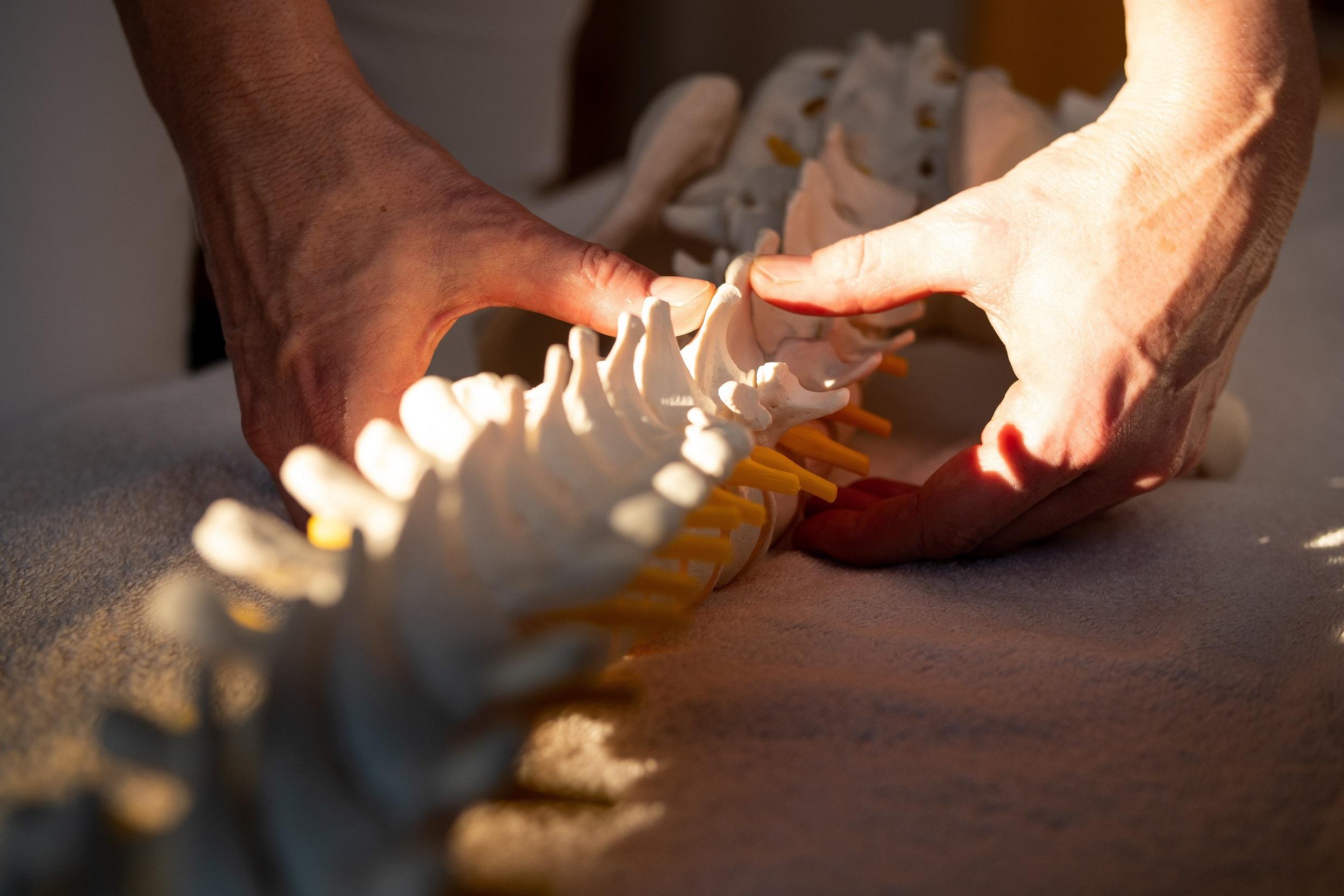 Fast jedes Problem an den Armen oder Beinen hat mit einer Blockierung in der Wirbelsäule zu tun